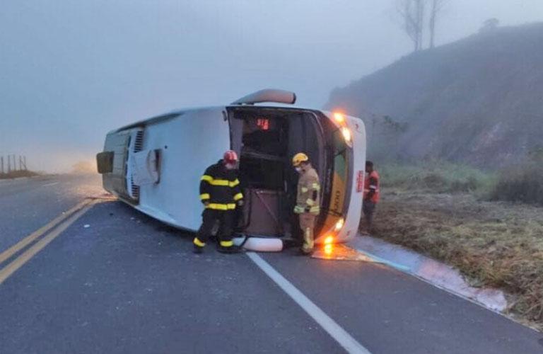 MG: Ônibus da Gontijo tomba na BR-381 deixando um morto e nove feridos