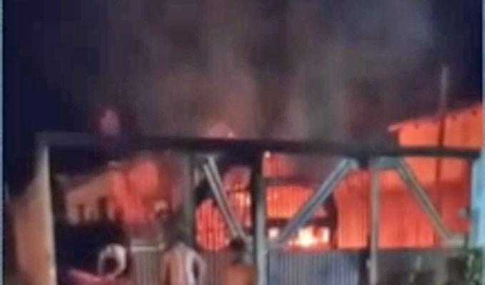PA: Micro-ônibus pega fogo em garagem em Anapu