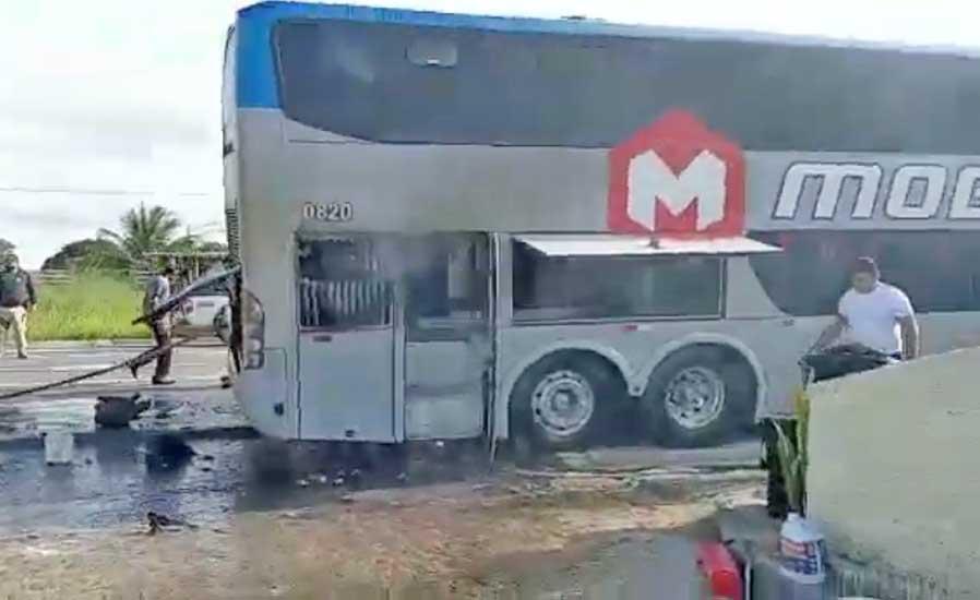 Vídeo: Ônibus do Botafogo da Paraíba pega fogo na BR-230 em Campina Grande