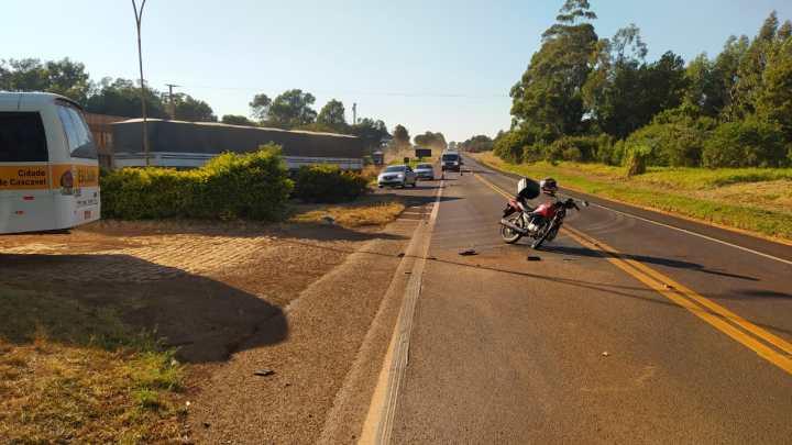 PR: Acidente entre ônibus e moto deixa um ferido na BR-277 em Cascavel nesta manhã