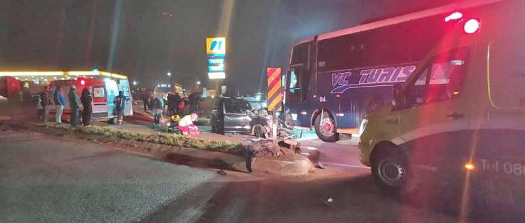 PR: Acidente entre carro e ônibus deixa uma pessoa morta na BR-277 em Guarapuava