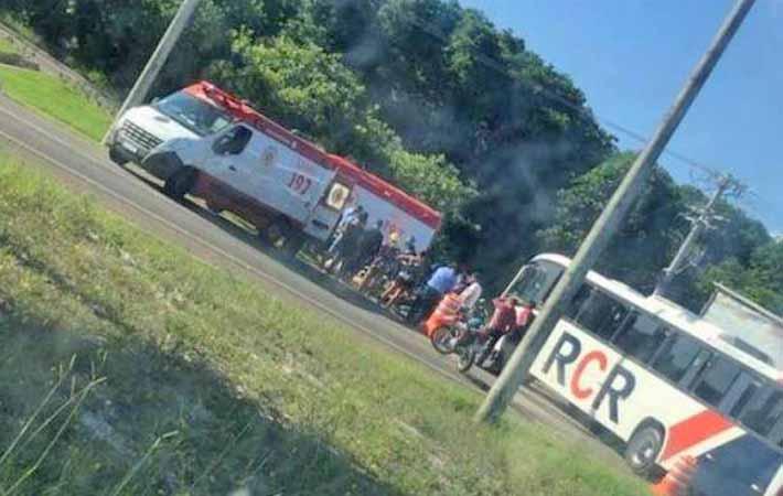 BA: Acidente entre moto e ônibus deixa um morto na região da Praia do Forte