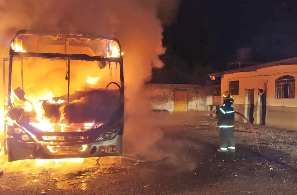 MG: Polícia Civil investiga incêndio que destruiu dois ônibus da Viação Presidente Lafaiete