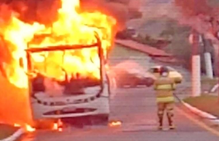 RJ: Ônibus acaba destruído pelo fogo em Itatiaia nesta manhã