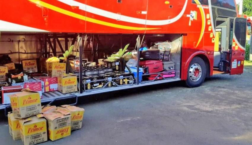 RS: PRF apreende ônibus carregado de bebidas e queijos na BR-290 em Rosário do Sul