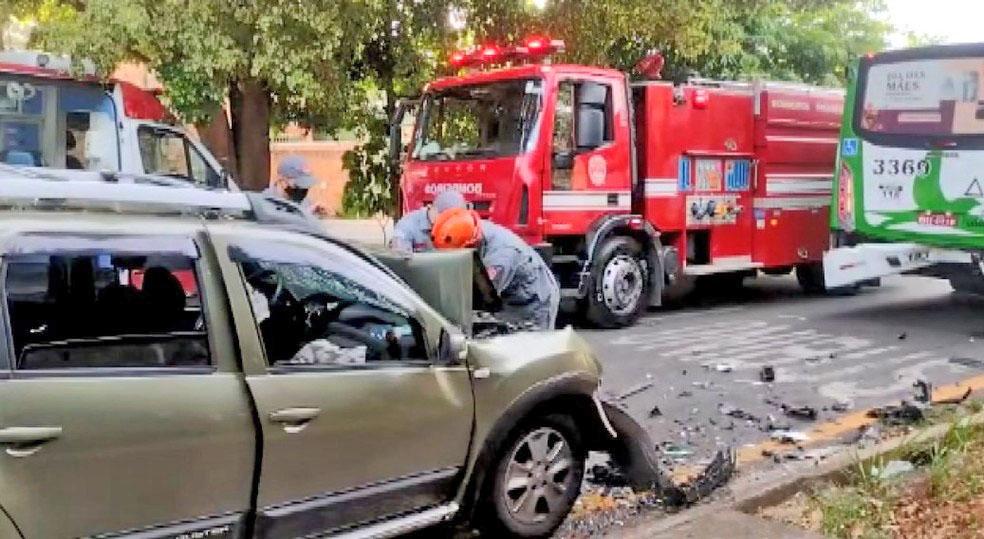 SP: Acidente dentre carro e ônibus deixa quatro feridos em Campinas neste sábado