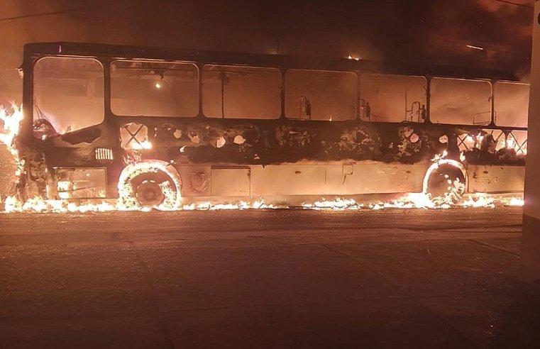 Salvador: Ônibus pega fogo durante a madrugada em Itapuã