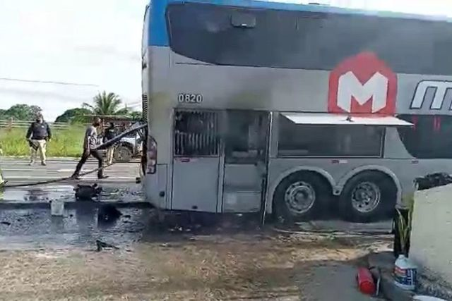 Vídeo: Ônibus do Botafogo da Paraíba pega fogo na BR-230 em Campina Grande - revistadoonibus