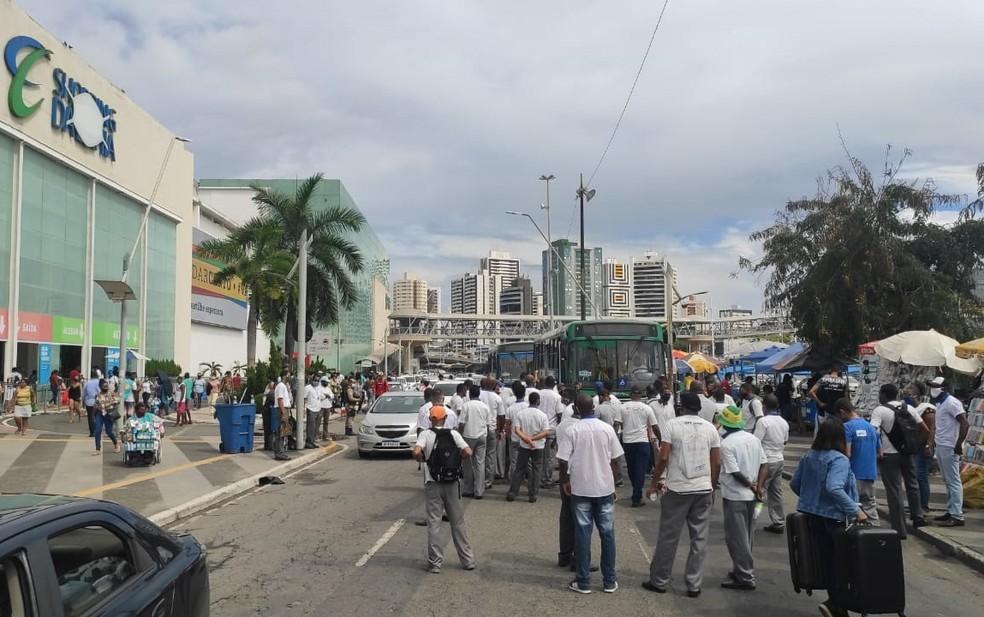 Salvador: Rodoviários realizam protesto parando parte da Avenida ACM nesta tarde