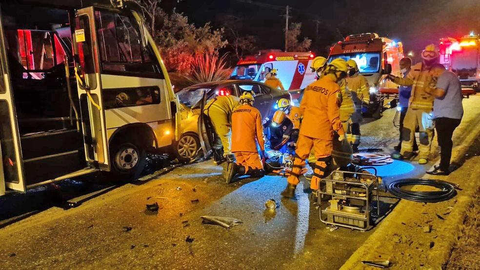 DF: Acidente entre carro e micro-ônibus deixa criança e idoso gravemente feridos