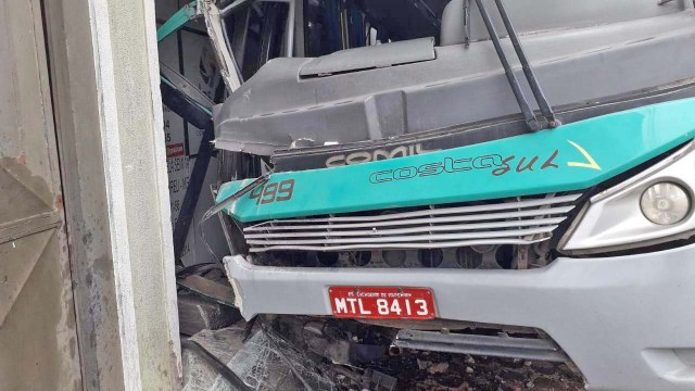 ES: Motorista passa mal e morre ao invadir residência em Cachoeiro de Itapemirim - revistadoonibus