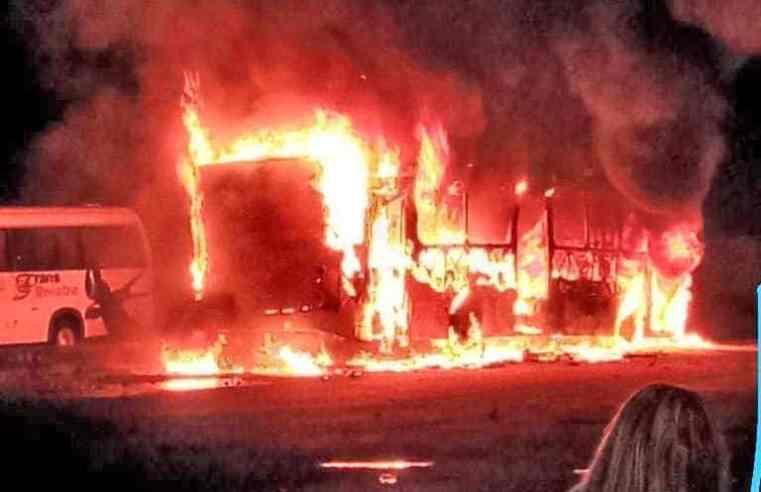 Vídeo: Traficantes incendiam ao menos 7 ônibus em Manaus neste domingo