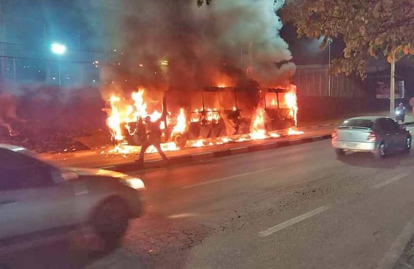 SP: Ônibus da Benfica BBTT acaba incendiado na Estrada da Roselândia, em Cotia