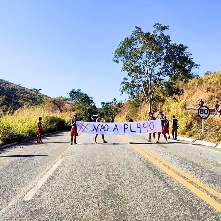 MG: Tribo indígena Krenak interdita a BR-259 em Resplendor nesta manhã de segunda-feira