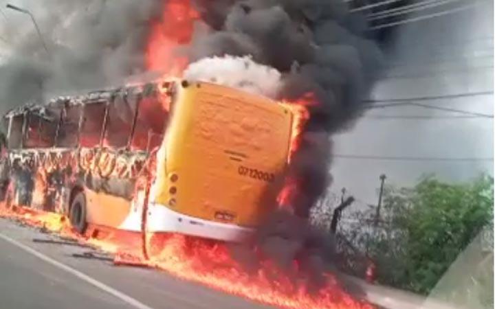 Vídeo: Ônibus da Global Green pega fogo nesta manhã em Manaus