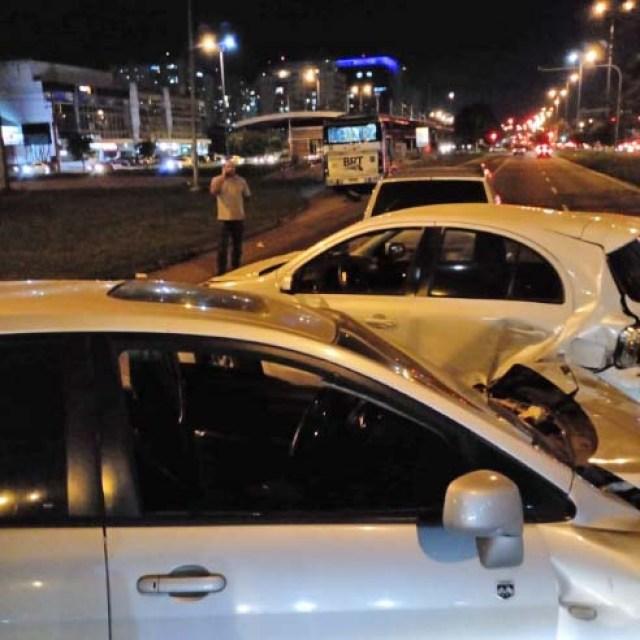 Rio: Conversão proibida provoca acidente entre carros e ônibus do BRT no Recreio - revistadoonibus