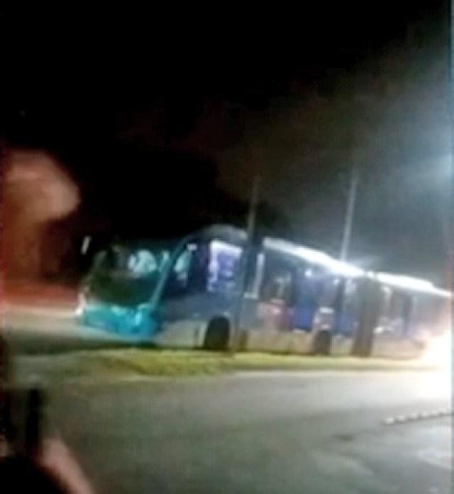 Rio: Quatro ônibus do BRT quebram na região de Guaratiba e passageiros reclamam da demora e lotação - revistadoonibus