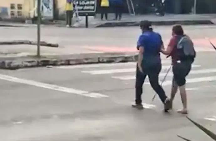 Vídeo: Motorista ajuda passageira deficiente visual a atravessar rua e cena viraliza na internet