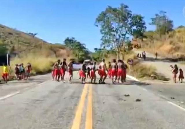 MG: Tribo indígena Krenak interdita a BR-259 em Resplendor nesta manhã de segunda-feira - revistadoonibus