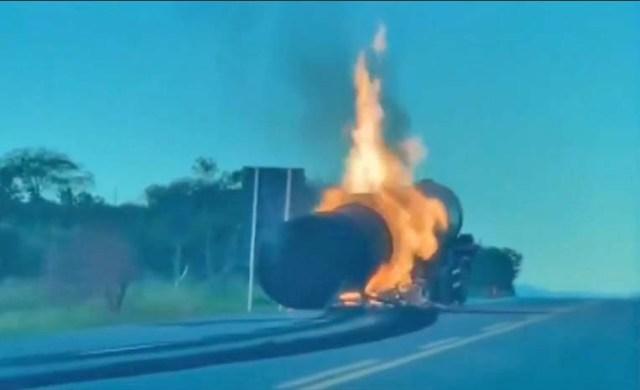 Vídeo: Caminhão que transportava álcool pega fogo e fecha a BR-116 em Brejões/BA - revistadoonibus