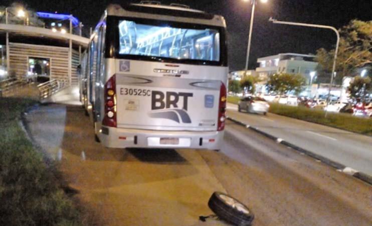 Rio: Conversão proibida provoca acidente entre carros e ônibus do BRT no Recreio