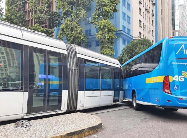 Vídeo: Acidente entre ônibus da Amparo e VLT complica o trânsito no centro do Rio nesta manhã - revistadoonibus