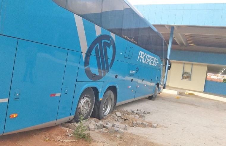 Vídeo: Ônibus da Progresso atola na Rodoviária de Araripina/PE