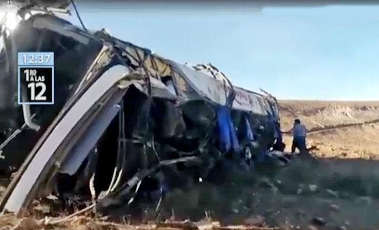 Peru: Ônibus despenca de abismo e deixa 27 funcionários de mineradora mortos