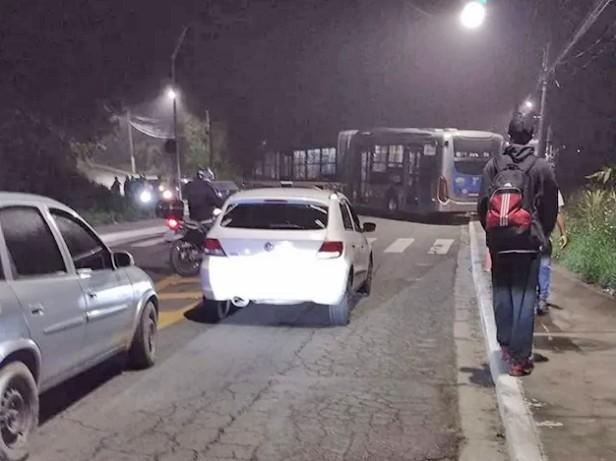 São Paulo: Bandidos explodem caixa eletrônico e tentam incendiar ônibus