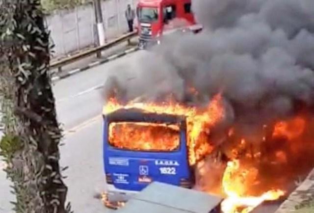 SP: Ônibus da EAOSA pegou fogo na Avenida Itapark em Mauá nesta tarde de segunda-feira - revistadoonibus