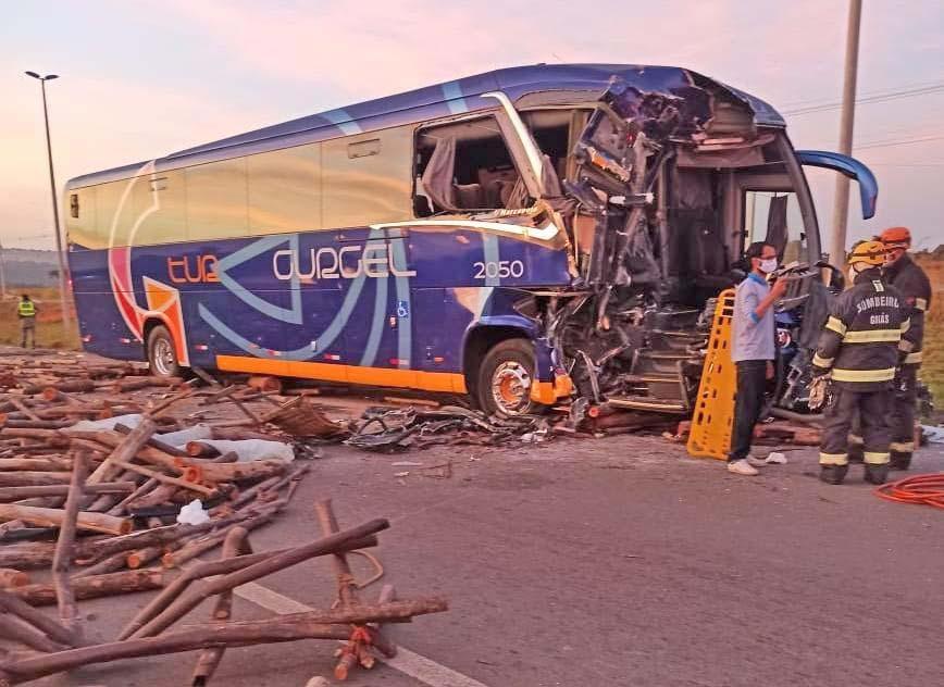 Vídeo: Acidente com ônibus da Gurgel Tur deixa oito feridos na GO-020 em Senador Canedo