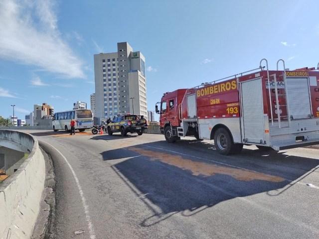 Natal: Moto se envolvendo em acidente com micro-ônibus no viaduto do Quarto Centenário - revistadoonibus