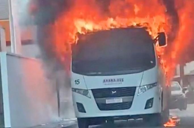 Vídeo: Bandidos incendiam micro-ônibus nesta tarde em Manaus