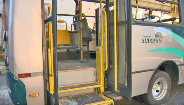 Vitória: Conforto entre moradores e PM devido morte de jovem deixa ônibus depredado - revistadoonibus