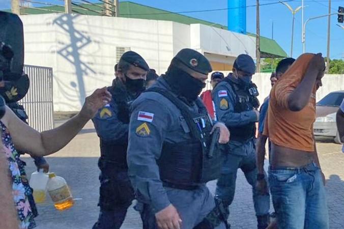 Polícia prende 14 homens por suspeita de ação nos atos violentos em Manaus neste domingo