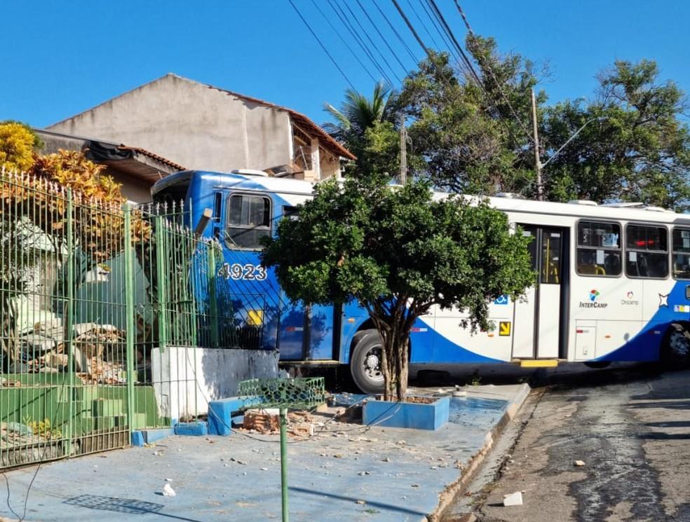 SP: Ônibus da Onicamp Transporte invade casa e deixa idosos feridos em Campinas