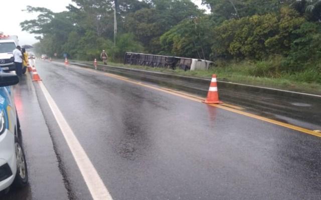 BA: Ônibus rodoviário tomba na BA-093 e deixa duas pessoas feridas em Pojuca - revistadoonibus