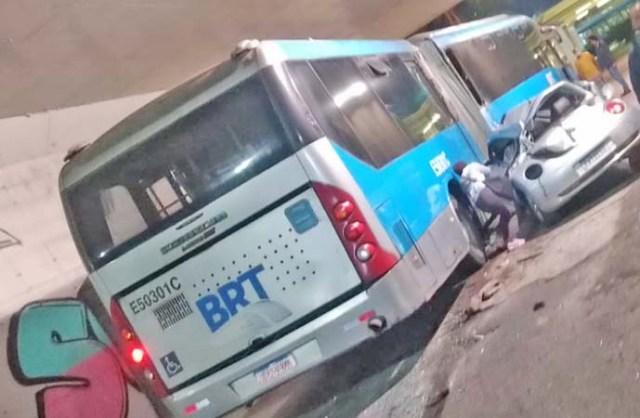Rio: Carro cai de viaduto e atinge ônibus do BRT na Barra da Tijuca - revistadoonibus