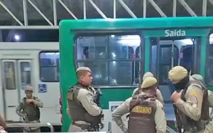 Salvador: Passageiro acaba morto e outro é ferido durante assalto a ônibus