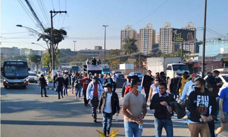Vídeo: Protesto por moradia complicou o tráfego na Rodovia Régis Bittencourt em Taboão da Serra/SP