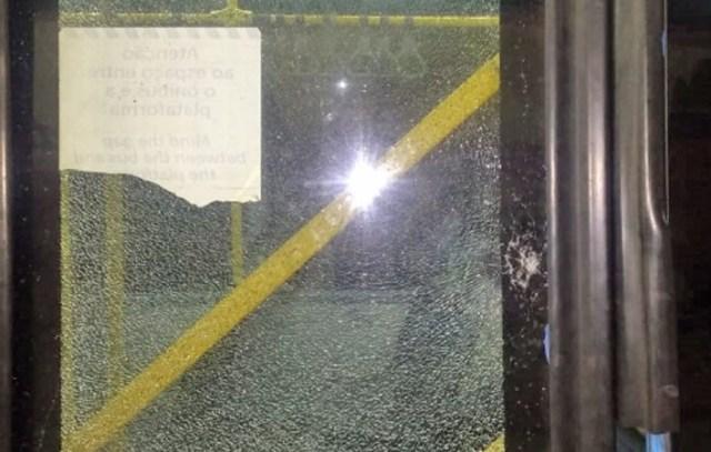 Rio: Dois ônibus articulados do BRT são alvos de vandalismo na noite deste sábado (10) - revistadoonibus