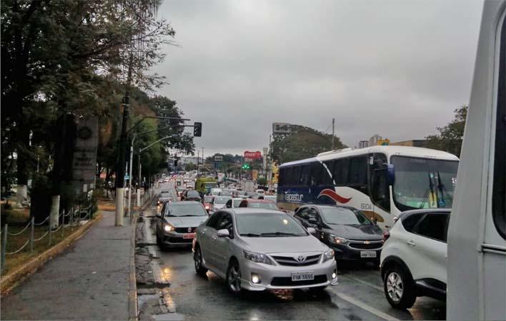 SP: Rodovia Régis Bittencourt segue com lentidão na altura de Taboão da Serra