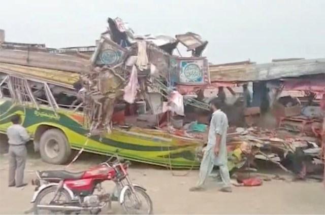 Acidente envolvendo ônibus e caminhão deixa 28 mortos no Paquistão - revistadoonibus