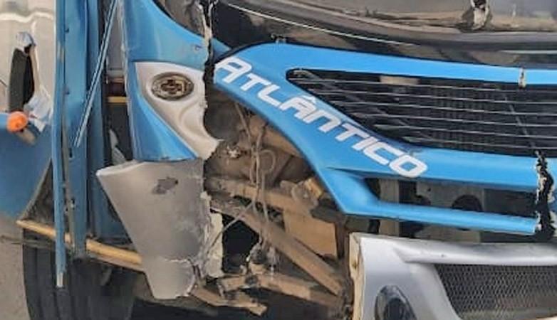 BA: Motorista de ônibus bate em muro após se sentir mal em Itabuna neste domingo