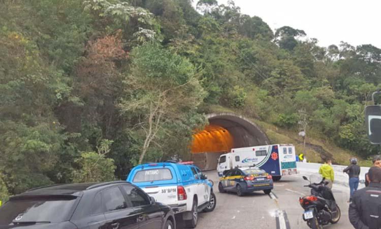 RJ: Rodovia BR-040 foi libera por volta de meio dia, após caminhão tombar no túnel do Ouriço em Petrópolis