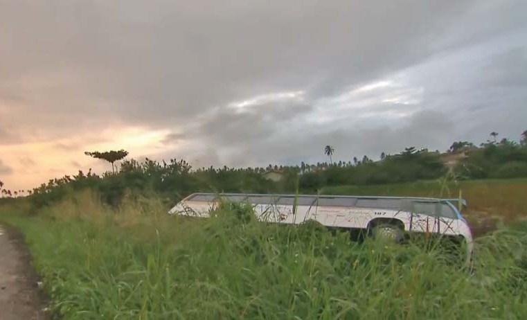 PE: Ônibus da Expresso Vera Cruz tomba na rodovia PE-09 em Ipojuca
