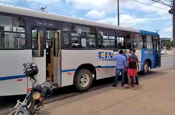 Vídeo: Ônibus colide com caminhão após motorista ter mal súbito em Santarém
