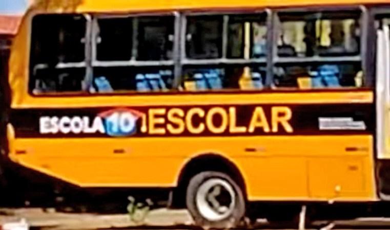 """Vídeo: Governo de Renan Filho é acusado de """"esconder adesivos"""" do governo federal em ônibus escolares"""