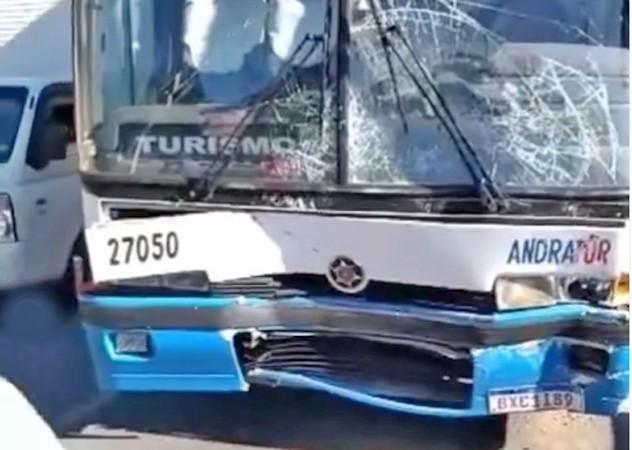 PR: Engavetamento entre 5 carros e um ônibus deixa vários feridos em Piraquara nesta tarde