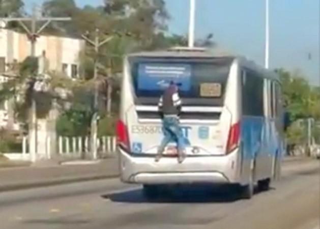 Vídeo: Homem viaja pendurado em ônibus do BRT Rio e cena viraliza na internet